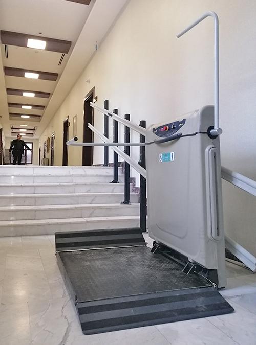 merdiven kenarı engelli asansörü